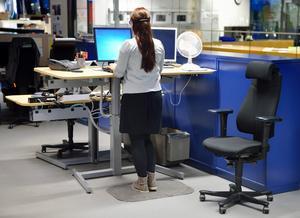 """Ledarskribenten skriver att """"Det är väldigt mycket enklare att byta ut en dålig stol eller seg dator än att ändra ett arbetssätt eller organisation""""."""