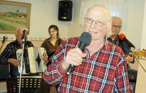 Trivseln var på topp när den sjungande bonden Einar Forsberg och hans piga och drängar underhöll med musik och sång på Trivselkvällen hos PRO Grytnäs.