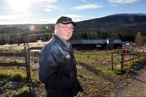Conny Henriksson, här på väg ner till korna i ligghallen, är övertygad om att kornas tillgång till mat hela tiden är nyckeln till gårdens höga avkastning. I branschtidningen Husdjurs nya lista över Sveriges 20 högst avkastande besättningar ligger gården tvåa.