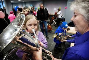 Stella Stein, 7 år, från Falköping var på tillfälligt besök i Ludvika och passade då på att komma till gallerian och prova instrument. Hon gav sig på bastuban och det var inte det lättaste att få ljud i den och trött blev hon också att allt blåsande. Foto: Peter Ohlsson/DT