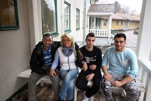 Ibrahim Ahmed, Lena Larsson, Hussein Alswety och Tarek Dakouri samlade på trappan utanför Solgårdens asylboende i Långshyttan.