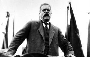 Hjalmar Branting, politiker och tidningsman. Här i talarstolen.