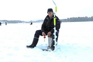 Femfaldig SM-mästare i pimpelfiske på Norrsjöns is, Sten-Olof Holmberg.