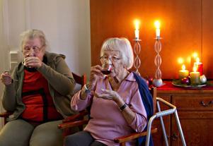 """Först tycker Gunborg Ängström, 98 år till höger, att den vita glöggen är godast. Men efter att ha prövat alla ändrar hon sig till """"den vanliga"""". Birgitta Dahlbom verkade uppskatta de flesta sorterna."""