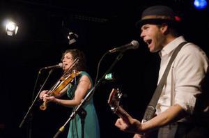 Från USA, med autentisk country, kom Carrie Rodriguez och Luke Jacobs för att ta publiken med på en resa över Atlanten.