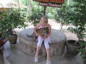 Elin Ramkvist, i samspråk med en större kattunge vid Tahilands resan juni 2010.