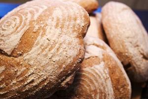 Surdegsbröd är populära just nu. Och bröden är ett naturligt inslag på Klövsjö stenugnsbageri.
