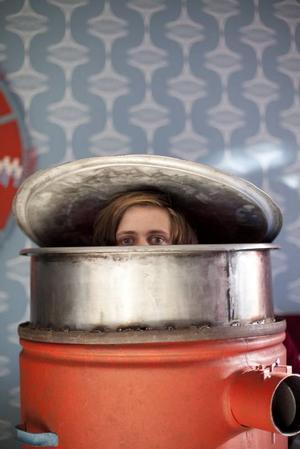 """Älskansvärd. Bill Skarsgård i sin flykttunna. """"I rymden finns inga känslor"""" är höstens supersötaste svenska filmkomedi som får alla känslorna att komma på en och samma gång. Foto: Niklas Johansson"""