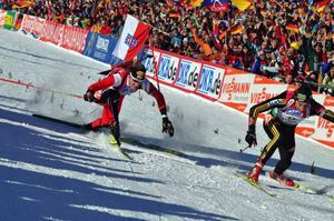 Spurtstrid om segern i masstarten i Antholz/Anterselva mellan Dominik Landertinger, Österrike och Chistoph Stephan, Tyskland. En bild som säger det mesta om hur svårtippat skidskytte är.