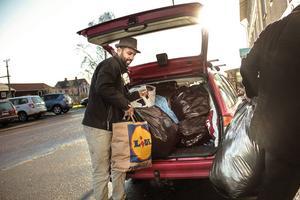 Mostafa Touil, verksamhetsledare, VIF packar ur bilen med alla påsar med skänkta kläder.