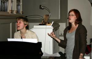 Körledaren Marie Ottosson och Jenny Olofsson instruerar och inspirerar gospelkören Joyful Soul.