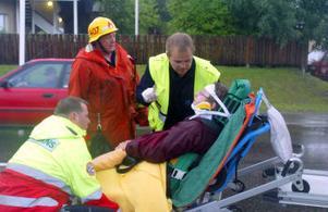 Två personer fördes till sjukhus efter kollisionen på Raholmsvägen.