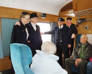 Laila Sandqvist och Pelle Stjärnström spelade nygifta på tåget och gratulerades av Otto Nilsson från Inlandsbanan och Bo Karlsson från Orsa järnvägsmuseum.