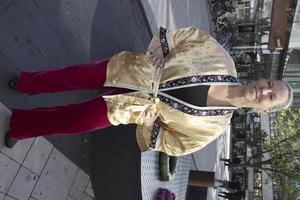 Anita Rosdahl bär en klassisk sidenkimono från Noa Noas nya archivekollektion som lär inspirera alla vintageälskare.