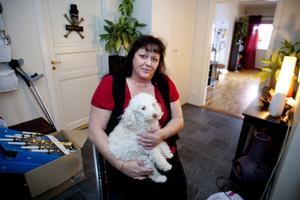 Fallet Ann-Charlotte har uppmärksammats i TÅ, TV4 och Sveriges Radio. Här med dotterns hund i knät.