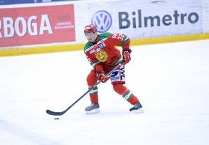 Lukas Bengtsson får byta ut Moratröjan mot Frölundas dito. I kväll gör den snart (i april) 21-årige backen debut för sin nya klubb i Göteborgslagets måstematch mot Luleå, som har 3–1 i matcher inför det femte kvartsfinalmötet.