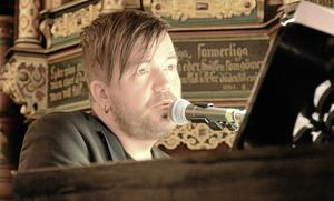 Sjöng och spelade på flygeln. David Karlsson gjorde flera soloinsatser på julkonserten.