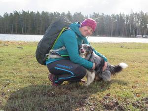 Gunnika Isaksson Lutteman och ständige följeslagaren Äventyrshunden Diesel jobbar sig fram på Gästrikeleden. Hela sträckan på 27 mil ska de igenom, men de tar det i etapper.