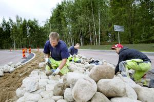 Roger Nilsson, Marcus Ahlström och Niclas Almgren lägger rätt sten på rätt plats. Släta och fina ska de vara, annars gallras de ut av kullerstensspecialisterna.