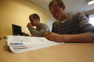Tvillingbröderna Emil Thyr och Niklas Thyr hoppas på att få godkänt betyg i matte efter sommarskolan.