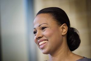 Kulturminister Alice Bah Kuhnke vill skrota filmavtalet och ersätta den med en statlig filmpolitik. Hon lovar att reformen inte innebär att svensk film ska få mindre pengar.
