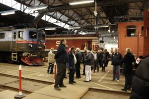 Daniel Ersson tillsammans med besökarna lyssnar på en av Järnvägsmuseets guider.