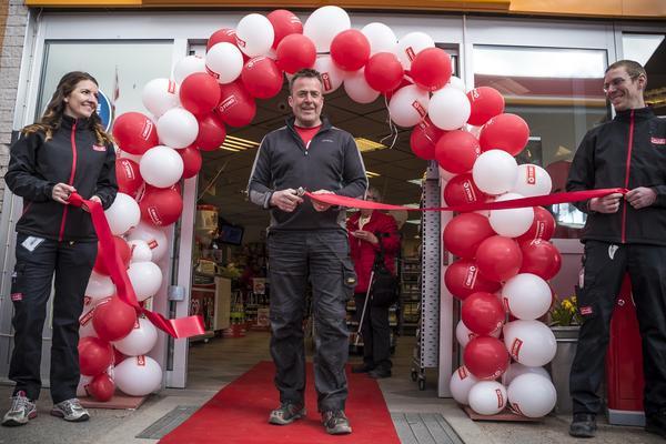 Anders Woxlin klippte det röda bandet och därmed förklarades stationen invigd.