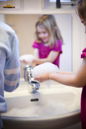 Essity tipsar om att föräldrarna bör tänka på att tvätta barnets händer, både när barnet kommer till förskolan på morgonen och när det kommer hem.