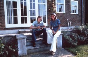 Kärlekshistoria. Ronnies relation med frun Barbro kommer att spela stor roll i dokumentären. Här syns paret framför sitt hus i England, året är 1973.