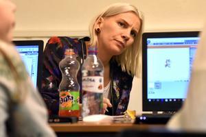 Sara Johansen lyssnar på barnens önskemål inför inredningen av lokalen.