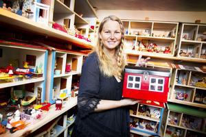 En dockskåpsväska. Carola Eriksson i Gävle samlar på dockskåp. De flesta står uppställda och möblerade i en bestämd ordning.