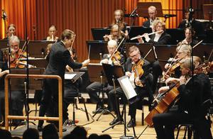 Sinfoniettan med gästande dirigenten Eva Ollikainen.
