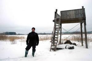 TOLV ÅRS KAMP. Föreningen Tegelsmorasjön började rensa Kyrksjön 1997. Nu är vattenspegeln framme och vid sjön har föreningen byggt ett fågeltorn.