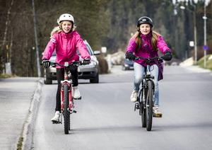 På Fritzhemsgatan får Emma Lindqvist och Sofia Nilsson ofta kryssa mellan bilarna för att ta sig till Östbergsskolan.