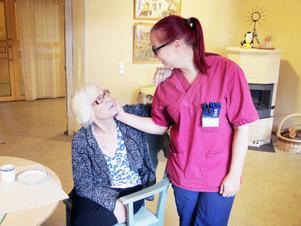 Ulla uppskattar när undersköterskan Sofia sjunger med och för henne.
