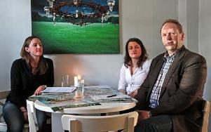 """""""Roligt att en så stor lokal aktör ser nyttan av samarbete med oss"""", säger Kristin Forsberg tv, ansvarig för samarbete och sponsring på Peace & Love. Sofia Berglund står för pr och Peter Berglund är vd på Falun Borlängeregionen AB."""