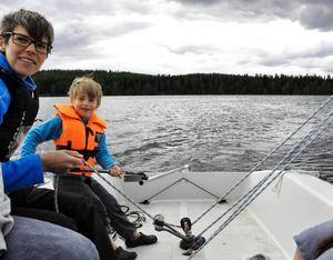 Vide Rosén från Frösön tyckte det var roligt att prova styra segelbåten. Här tillsammans med Lotta Johansson som var en av de ansvariga för provseglingen.