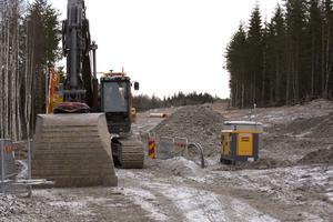 Ledningsjobben mellan Östansbo och Grängesberg är fortsatt stoppade. Ännu efter en månads intensivt utredande har NCC ingen analys klar över varför dagvatten läcker in i ledningen.