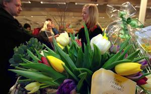 Blommor och lyckönskningar från andra företagare till Karlsson.