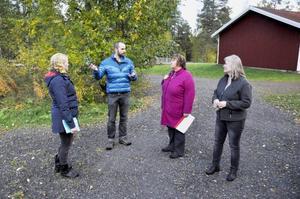 Malin Lundh och Eskil Nilsson försöker övertyga kommunalrådet AnnSofie Andersson att det finns alternativ till en nedläggning av skolan.