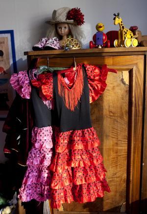 dansanta. Liv dansar flamenco och Malva väntar på sin tur att få börja.