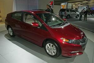 INGEN LYXBIL.  Hondas lilla framtidsbil Insight kommer i en ny version med fyra dörrar och plats för fler än två personer. Till skillnad från föregångaren ser nya Insight faktiskt mest ut som värsta konkurrenten Toyota Prius. En 98 hästkrafter stark bensinmotor och en elmotor på 13 hästkrafter samsas om driften och ger nya Insight en bränsleförbrukning på strax under en halvliter bensin per mil.