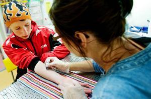 Barnallergisjuksköterskan Anna Bernholm pricktestar Felix,  12 år, från Ytterhogdal. – Det är bara roligt att få göra sådana här tester, säger han.