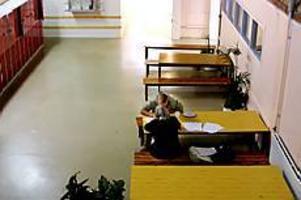 Enskilda studier. Ibland kan det vara lättare att koncentrera sig om man får vara själv med läraren. Stefan Sundin pluggar engelska under sommarlovet. Två veckor av sol och bad byts mot glosor, satsdelar - och bad. En dag i veckan är undervisningen nämligen förlagd till Hemlingby.