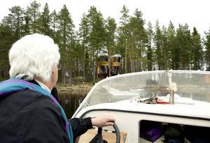 Örjan Gunnarsson kör ut hyresgäster till trädhuset. Båten är snabb och det tar cirka 20 minuter från Haverövallen. Sista sträckan till trädhuset går sakta, Örjan måste kryssa mellan stora stenar som inte syns ovan vattenytan.