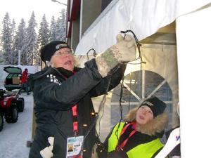 Agneta Almroth och Kajsa Sundström hjälptes år för att få upp ljusslingorna i souvenirshopen bakom läktaren.