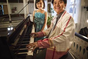 Dottern Magry och pappa Tun Win lär ut alfabetet i en egen melodi.
