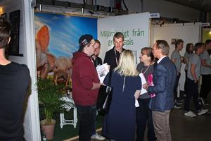 Jonathan Jansson, Johan Persson och Anton Larsson från Hemkött UF pratar med intresserade mässbesökare.