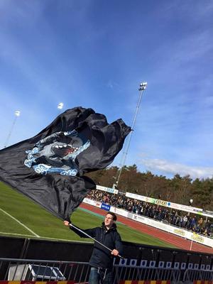 Johannes Eriksson vevar en flagga under GIF:s bortapremiär mot Falkenberg.