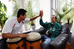 Jesper Levin har fortfarande kvar ett starkt musikintresse och gillar bland annat att spela på trummor, här tillsammans med den personlige medhjälparen Jaird Castro. Tillsammans med sina medhjälpare har man även dragit igång ett eget musikband.